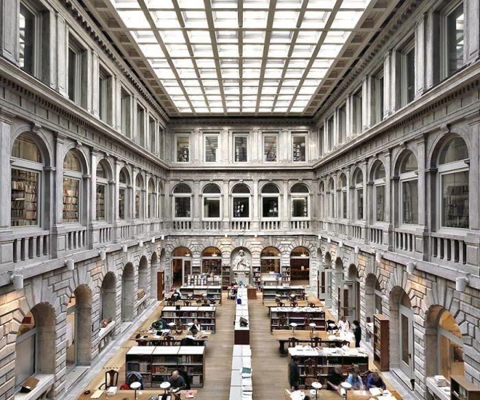 Самая большая библиотека Венеции, в фондах которой собрана одна из крупнейших коллекций классических текстов во всём мире.